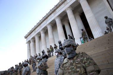 Photo of George Floyd: noche de protestas pacíficas en Washington, militarizada como una ciudad en guerra