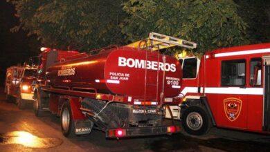 Photo of Una dotación de Bomberos logró sofocar el incendio de un árbol en pleno centro