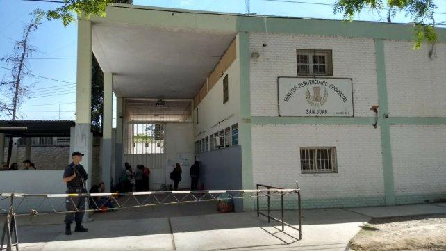 Photo of Internos del Penal de Chimbas se subieron al techo de un pabellón y reclamaron beneficios