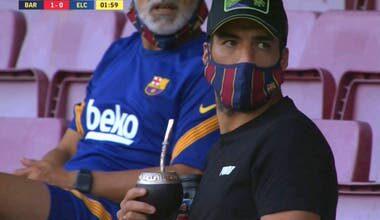 Photo of La TV catalana reveló con imágenes qué miraba Luis Suárez en su celular durante el amistoso de Barcelona