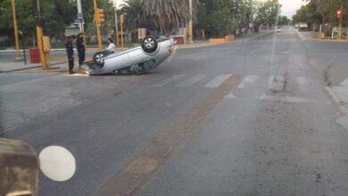 Photo of Santa Lucia: está madrugada volcaron un vehículo y sus ocupantes se dieron a la fuga