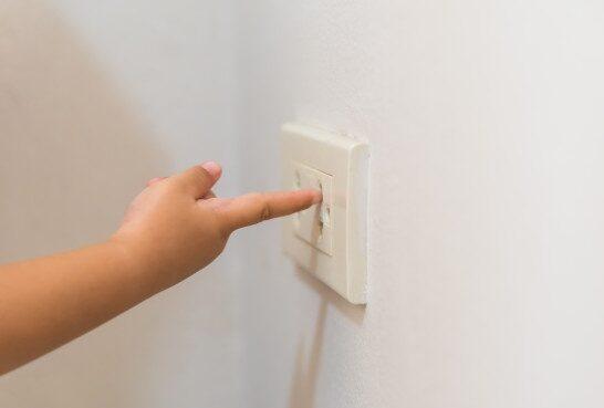 mano-bebe-que-juega-zocalo-corriente-electrica-situacion-peligrosa-casa_53476-662-e1610724086387